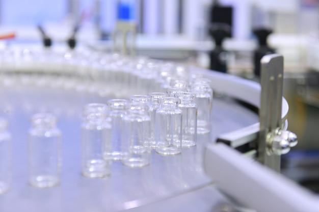 Klarglasflaschen werden auf automatisierte fördersysteme für industrieautomatisierung umgepackt