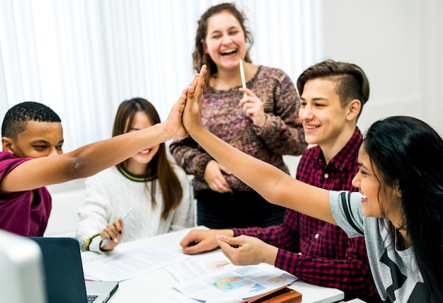 Klassenkameraden, die ein teamwork- und erfolgskonzept der hohen fünf geben