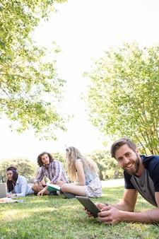 Klassenkameraden gemeinsam auf dem campus überarbeiten