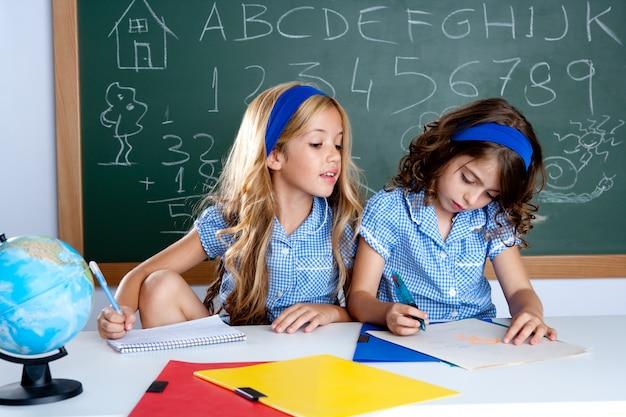 Klassenzimmer mit zwei kinderschülern, die beim test betrügen