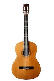 Klassische akustikgitarre auf einem isolierten weißen hintergrund.