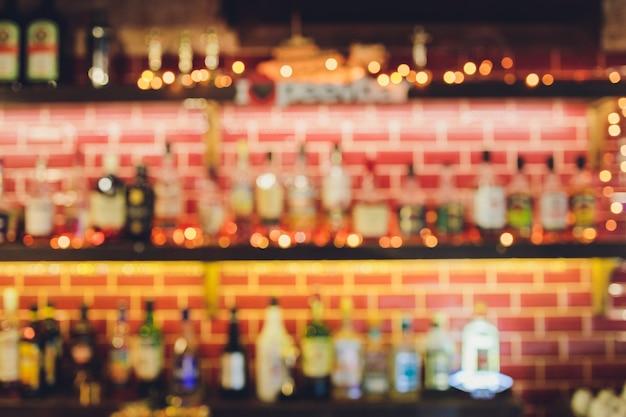 Klassische bartheke mit flaschen im unscharfen hintergrund, kopienraum