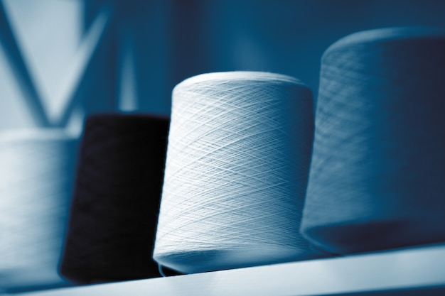 Klassische blaue fäden, stränge und verwicklungen aus italienischem wollgarn, stricknadeln.