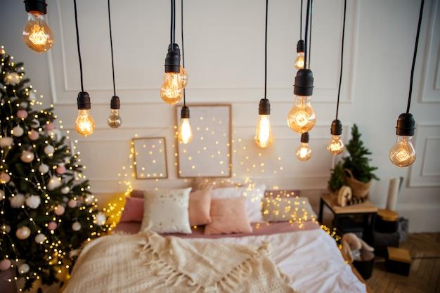 Klassische edisson-glühbirnen mit weihnachtsbokeh-hintergrund im retro-stil