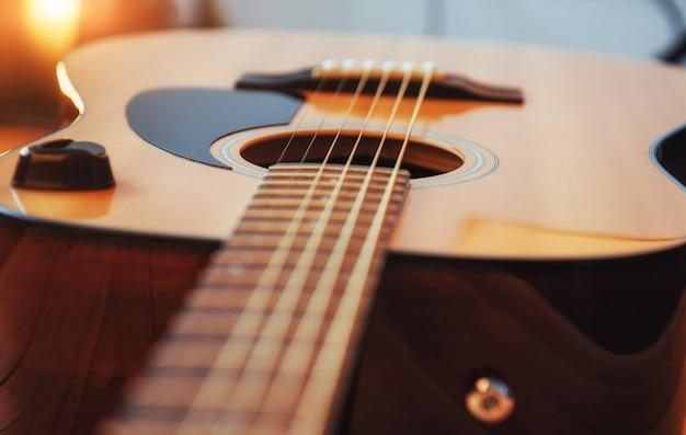 Klassische gitarre auf einem hellbraunen hintergrund