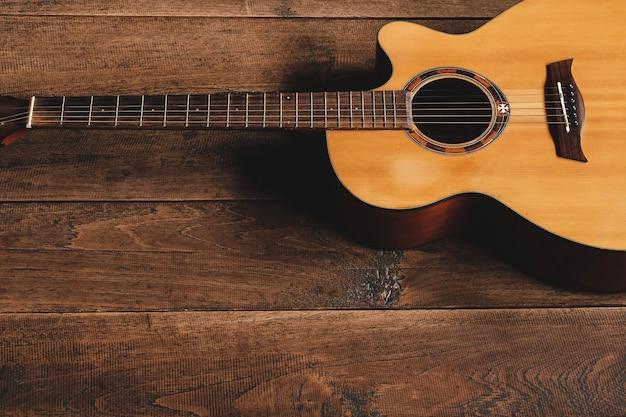 Klassische gitarre auf holzuntergrund