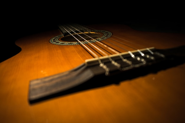 Klassische gitarre mit schwarzem hintergrund