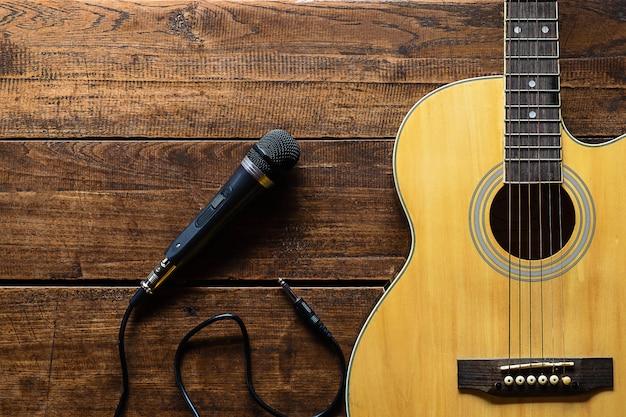 Klassische gitarre und mikrofon für musiker