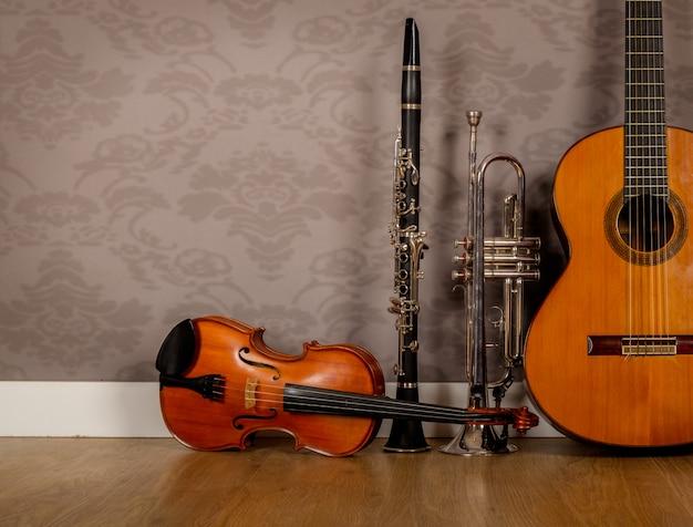 Klassische gitarre, violine, klarinette und trompete im vintage