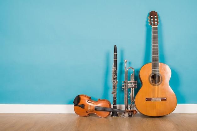 Klassische gitarre, violine, klarinette und trompete