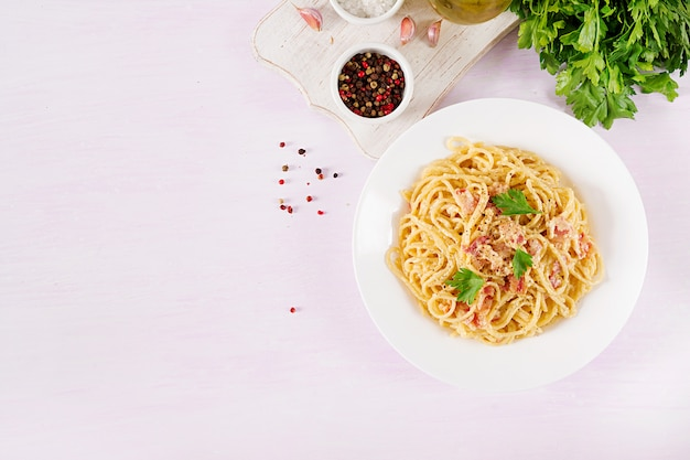 Klassische hausgemachte carbonara-nudeln mit pancetta, ei, parmesan-hartkäse und sahnesauce.
