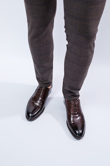 Klassische herrenschuhe mit naturleder, herrenschuhe unter einem klassischen anzug. foto in hoher qualität Premium Fotos