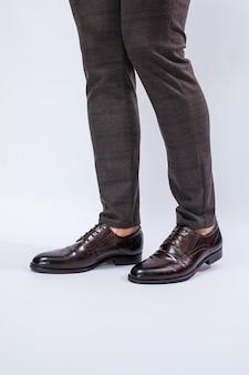 Klassische herrenschuhe mit naturleder, herrenschuhe unter einem klassischen anzug. foto in hoher qualität