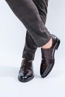 Klassische herrenschuhe mit naturleder, herrenschuhe unter einem klassischen anzug
