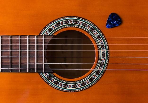 Klassische hölzerne gitarrensaiten schließen oben