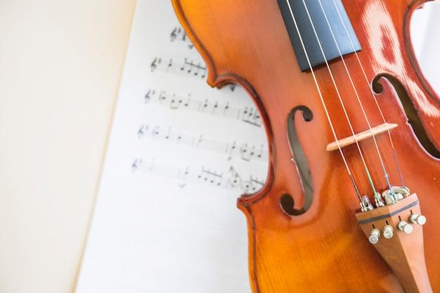 Klassische hölzerne violinsaite auf musiknote