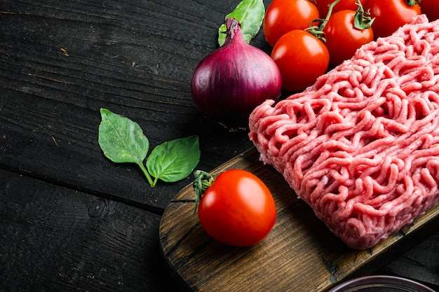 Klassische italienische bolognese-sauce zutaten, hackfleisch tomaten und kräuter