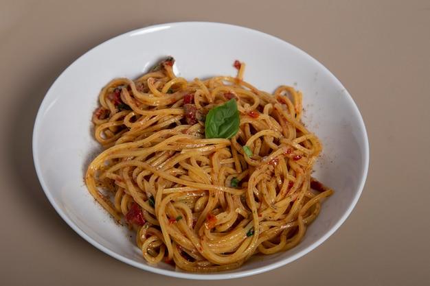 Klassische italienische spaghetti-nudeln mit tomatensauce, käseparmesan und basilikum auf dem holztisch. ansicht von oben, horizontal