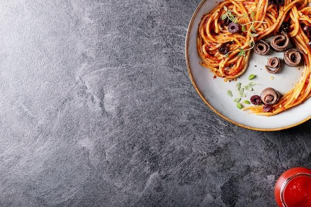 Klassische italienische spaghetti-sardellenteigwaren