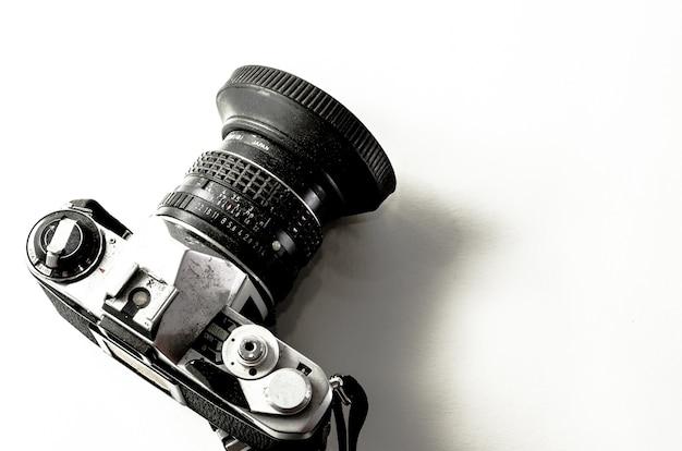 Klassische kamera auf getrenntem hintergrund