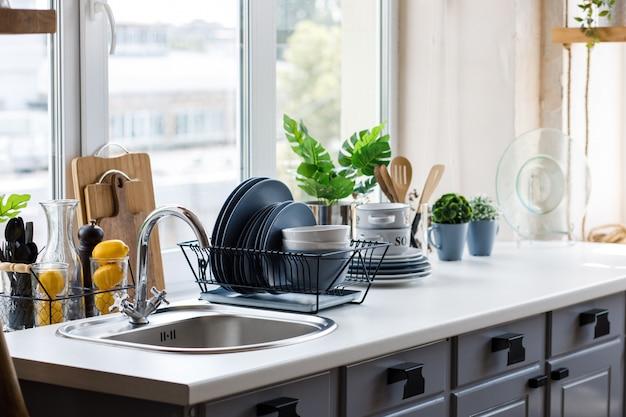 Klassische küche mit hölzernen und weißen details