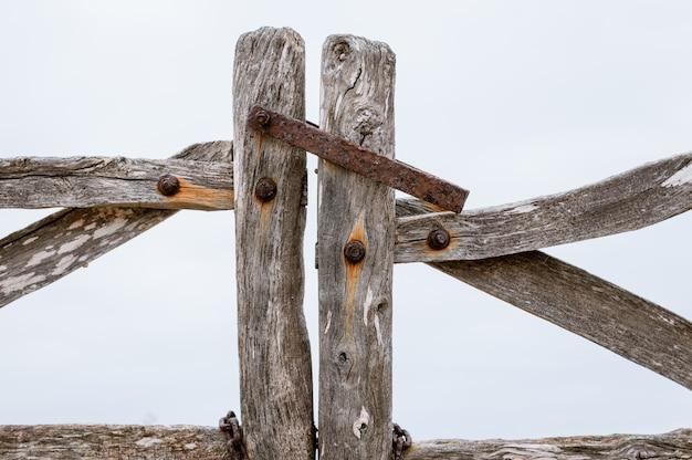 Klassische ländliche acebuche-barriere. eine typische tür der insel menorca.