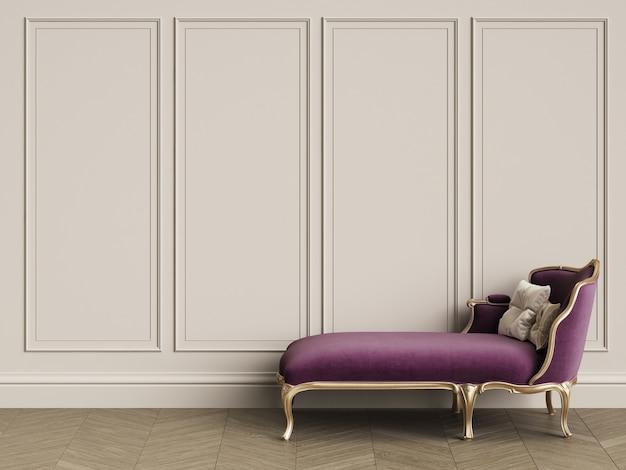 Klassische liege in den purpur- und goldfarben im klassischen innenraum mit kopienraum