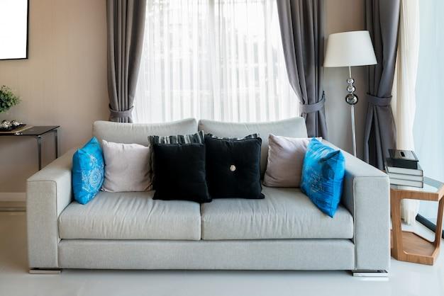 Klassische möbel im vintage-stil in einem wohnzimmer. innenraum des wohnzimmers im haus.