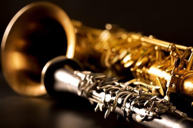 Klassische musik sax tenorsaxophon und klarinette in schwarz