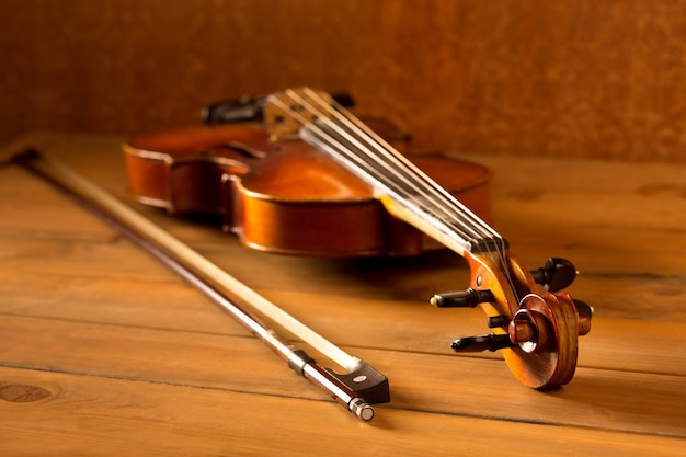 Klassische musikviolinenweinlese im hölzernen hintergrund