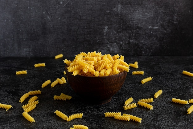 Klassische pasta in einer kleinen schwarzen schüssel