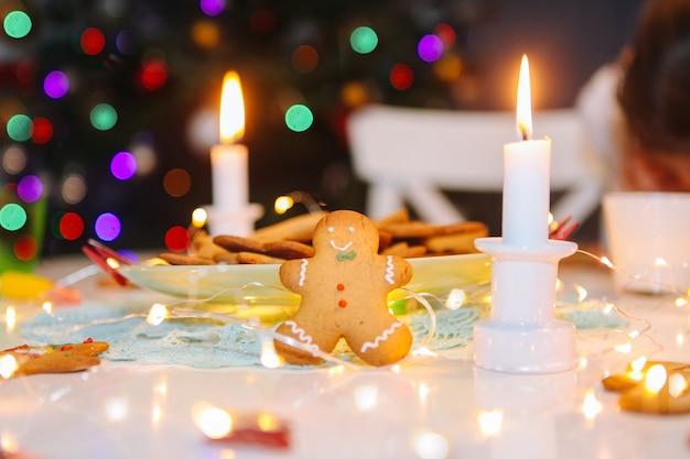 Klassische plätzchen des weihnachtsselbst gemachten lebkuchens auf tabelle mit weihnachtsdekoration