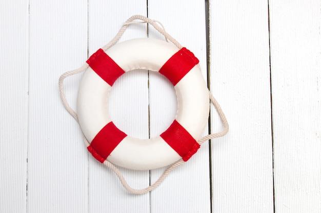 Klassische rote und weiße rettungsschwimmerboje