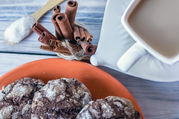 Klassische schokoladencrinkle-kekse und kaffee