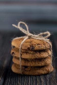 Klassische schokoladenkekse. amerikanische kekse. getontes foto. rustikaler stil.