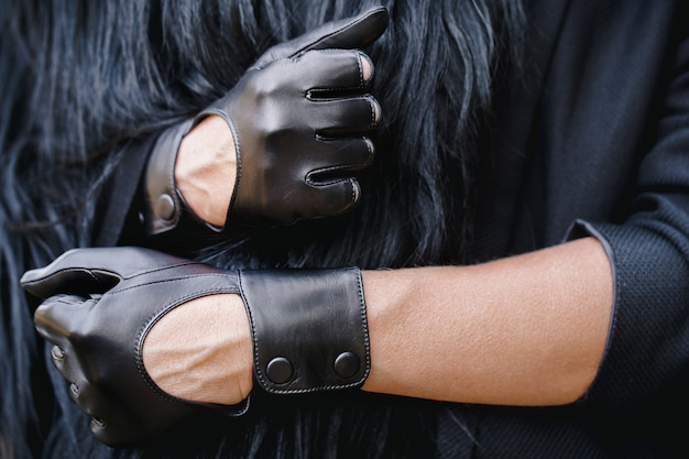 Klassische schwarze handschuhe an einer weiblichen hand.