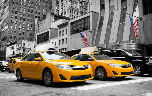 Klassische straßenansicht von gelben fahrerhäusern in new york city