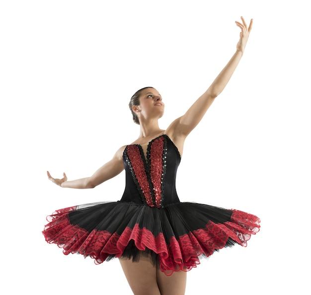 Klassische tänzerin posiert vor ankunft vor ort