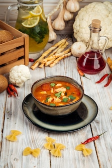 Klassische tom yam suppe mit shrimps reis champignons
