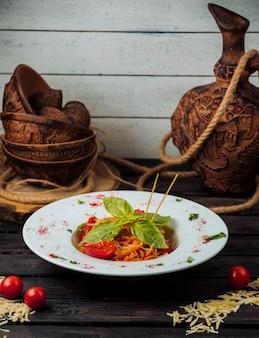 Klassische tomatenspaghetti, garniert mit geriebenem parmesan und frischem basilikum