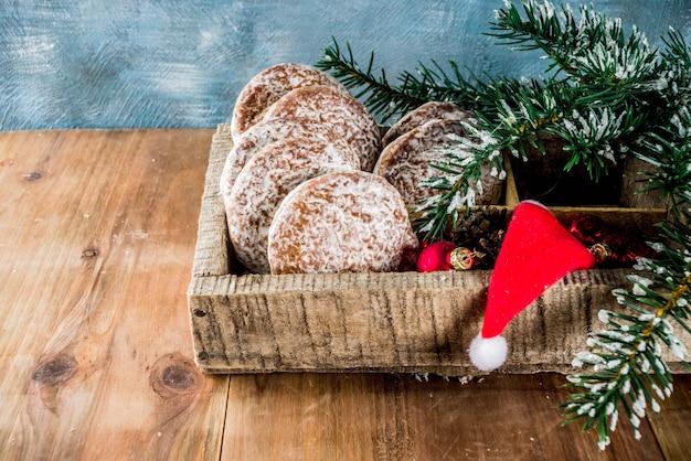 Klassische weihnachtslebkuchenplätzchen mit weihnachtsdekorationen