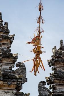 Klassischer balinesischer penjor, eines der hauptsymbole der insel bali, indonesien