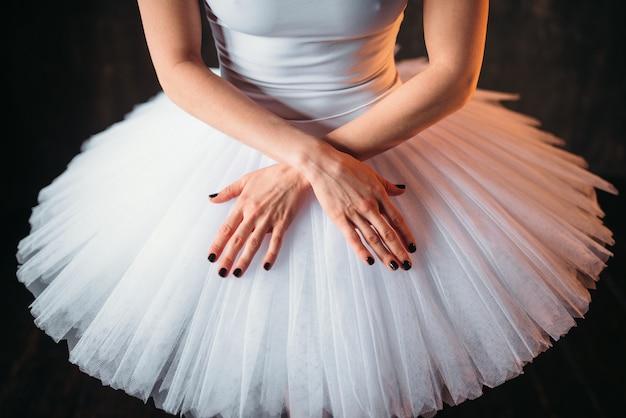 Klassischer balletttänzerkörper in weißem kleid und gekreuzten händen