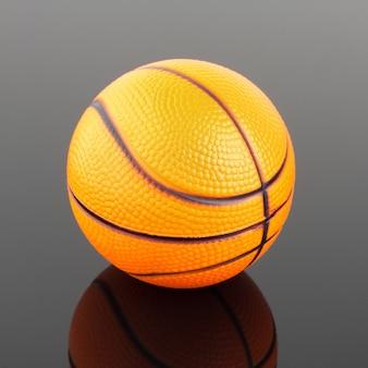 Klassischer basketball mit reflexion