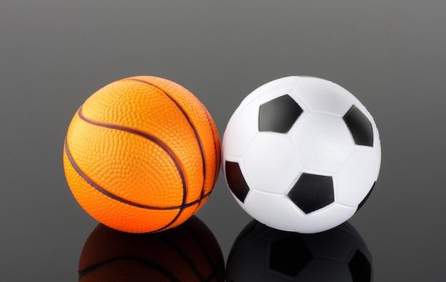 Klassischer basketball und fußball