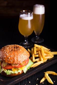 Klassischer burger mit pommes frites und bier