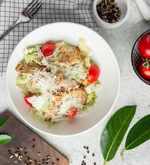 Klassischer caesar salat mit geriebenem käse