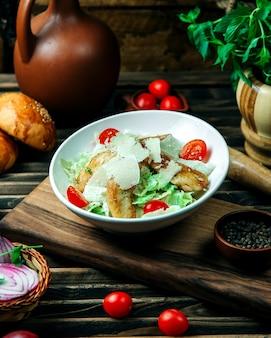 Klassischer caesar salat mit geriebenem parmesan