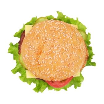 Klassischer cheeseburger mit rindfleischpastetchen, essiggurken, käse, tomate lokalisiert auf weißem hintergrund. ansicht von oben