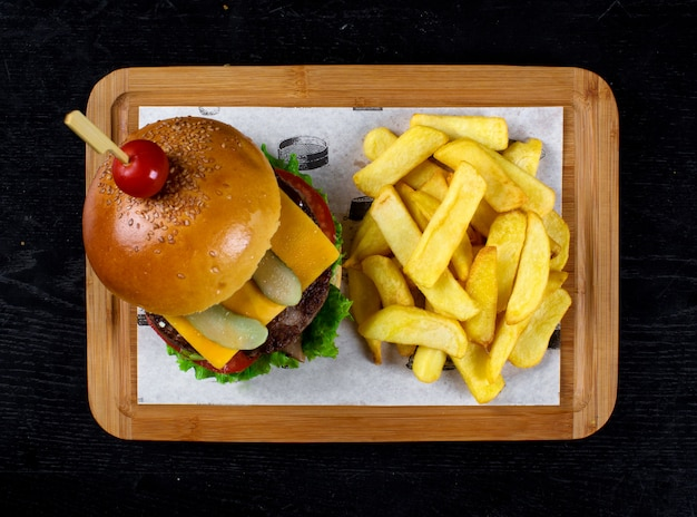 Klassischer cheeseburger mit seitlich gebratener kartoffel